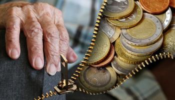 Банк Латвии: С зарплаты 1000 евро ваша пенсия в будущем составит... 200 евро