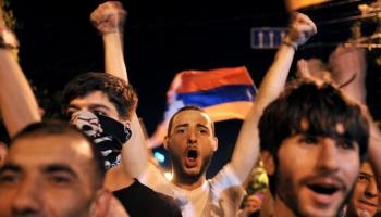 Divas puslodes par britu iekšpolitiku, notikumiem Ukrainā un globālo protestu vilni