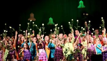 """Ķiršu ģimene un """"Knīpas un Knauķi"""" valsts svētkos dāvina Jāņa Ķirša dziesmu """"Draudzība"""""""
