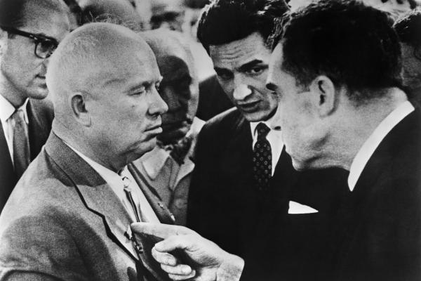 """24. jūlijs. """"Virtuves debates"""" starp Ņikitu Hruščovu un Ričardu Niksonu"""