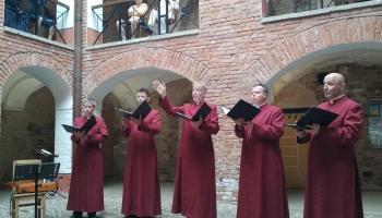 """Jasmīna klausās grupas """"Schola Cantorum Riga"""" dziedāto gregorisko dziedājumu """"Fundata Est"""""""