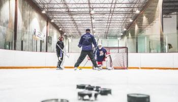 Uzmanības centrā hokejs: tuvojas Pasaules čempionāts, jaunā sportista panākumi