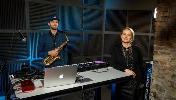 Saksofonists Rūdolfs P. Rubenis, režisore Kate Rasa Ozola un Gustava Māziņa viktorīna