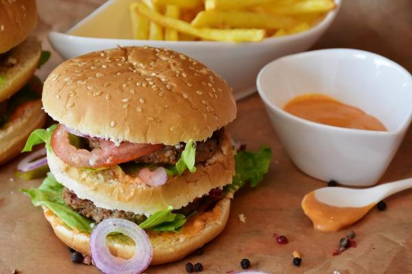 Pārtikas pakas skolēniem: nereti to saturs neatbilst veselīga uztura priekšrakstiem