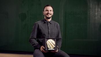 Londonas dizaina biennāles zelta medaļas ieguvējs dizaineris Artūrs Analts