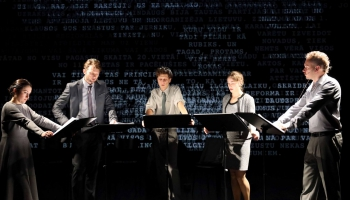 """Garākā Saeimas sēde uz skatuves - izrāde """"Nasing spešal"""" Ģertrūdes ielas teātrī"""