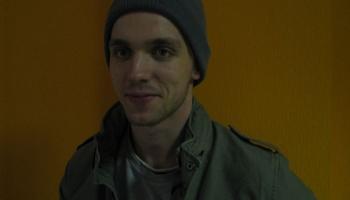 Olainietis Krists Indrišonoks. Sociālo zinātņu students, kurš komponē un ražo zeķes