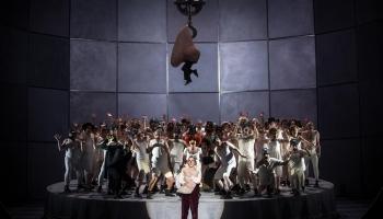 """Dmitrija Šostakoviča operas """"Deguns"""" iestudējums Berlīnē Aināra Rubiķa vadībā"""