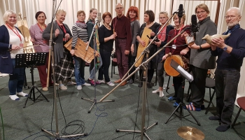 Dzied un muzicē Vecsaules folkloras kopas dalībnieki
