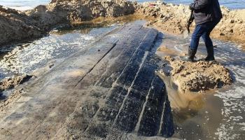 На рижском пляже откопали парусник начала 19 века. Что с ним делать - пока не решили