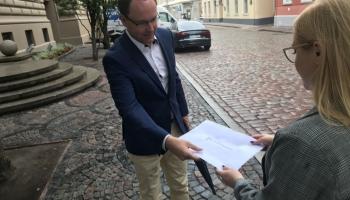 """""""Mūžīgie bērni"""": Sabiedriskie mediji atbildīgajām amatpersonām iesniedz atklātu vēstuli"""