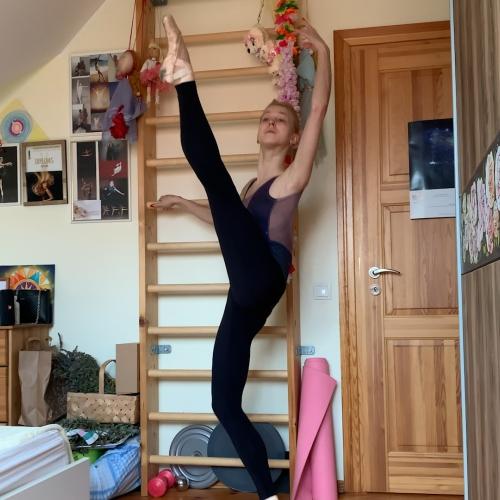 Baletdejotāji mājās trenējas pie virtuves letes un durvju stenderes