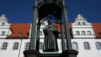 25. maijs. Ķeizars Kārlis V Hābsburgs pasludināja ārpus likuma teologu Mārtiņu Luteru