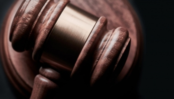 """""""Iesprūduši tiesās"""": garākā tiesvedība Latvijā ilgst 30 gadus"""
