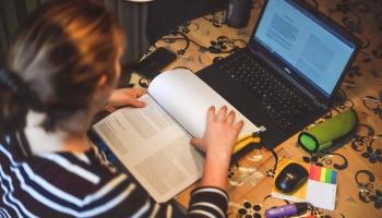 LIZDA: Pedagogiem Covid-19 riska grupā jābūt iespējai turpināt strādāt attālināti