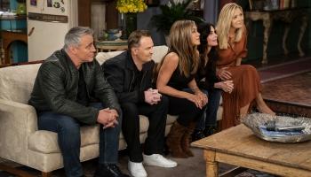 """Pieci skatās un svin """"Friends"""" atkalapvienošanos"""