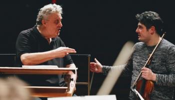 LNSO goda diriģents Vasilijs Sinaiskis un koncertmeistars Georgs Sarkisjans Mocarta mūzikā