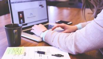 Iepazīšanās un krāpniecība internetā saistībā ar romantisku attiecību veidošanu