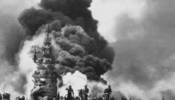 21. oktobris. Pirmais japāņu kamikadzes uzbrukums sabiedroto kuģim