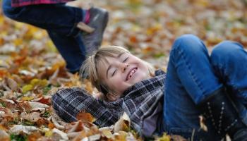 Kādā vecumā bērns sāk saprast jokus un jokoties pats?