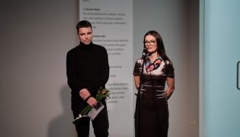 """Rīgas mākslas telpā aplūkojama Ata Izanda izstāde """"Istabā sāk iemaldīties skudras"""""""
