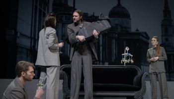 """Dailes teātrī pirmizrādi piedzīvo Lauras Grozas iestudētā traģikomēdija """"Piekrišana"""""""