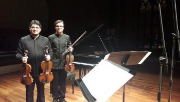 Vijolnieki Daniils Bulajevs un Georgs Sarkisjans duetu koncertā Lielajā ģildē