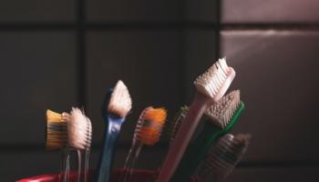 Speciāliste mudina aizdomāties par apēstā cukura daudzuma saistību ar zobu veselību