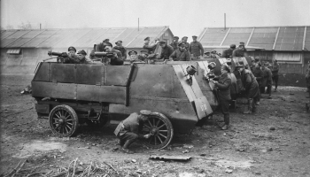 9. septembris. Karā dodas Kanādas armijas Automobiļu ložmetēju brigāde