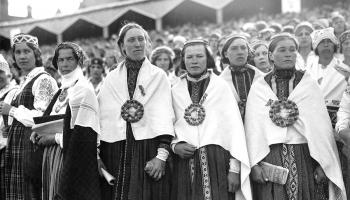 """Dokumentālā filma """"Dziesmuvara"""", tautastērpu skate un ciemos pie kora """"Pēterpils"""""""