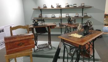 """Izstāde """"Skroderdienas Bonaventūras muižā"""" iepazīstinās ar skrodera amatu"""