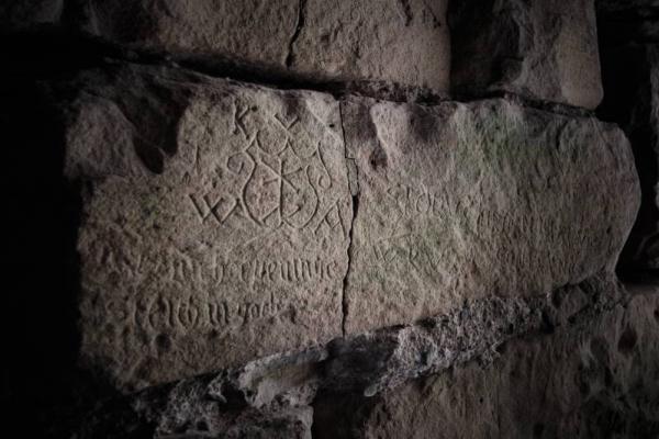 Cēsu pils nebeidz pārsteigt: dienvidu tornī atrasts unikāls uzraksts
