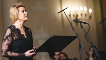 Dziedātāju Ievu Paršu iedvesmo franču valodas apgūšana pie šarmantās Edītes Bērziņas
