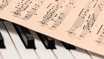 Во дворах многоквартирных домов Лиепаи проходит цикл концертов «Городские серенады»