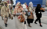 """Ar """"gudru"""" maskošanos Līvānos aizvadīts XXI Starptautiskais masku tradīciju festivāls"""