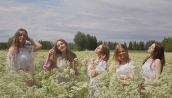 """Meiteņu popgrupa """"Nando"""" ieskandina vasaru ar deju hitu"""