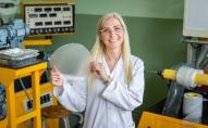 RTU studente rada no baktērijām iegūtu materiālu fosilas izcelsmes plastmasu aizvietošai