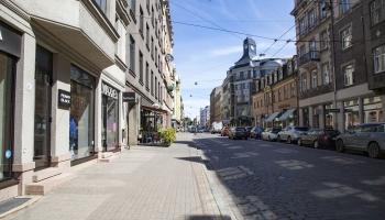 """Tērbatas iela uz mēnesi pārtop par """"vasaras ielu"""". Slēdz 1.trolejbusa maršrutu"""