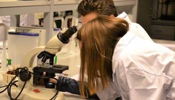 Mikroskopi un teleskopi: LU Jauno Biologu skola un Jauno Astronomu klubs