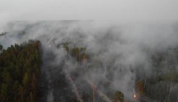 Turpinās meža ugunsgrēku dzēšanas darbi