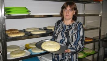 """Ineta Dambrova Stradu pagasta """"Pakalniešos"""" ražo sieru ar 25 dažādām piedevām"""