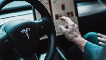 Vīrietis iešuj zem ādas Tesla čipu
