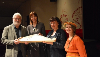 """Reportāža no Briseles: """"Klasika"""" Mūzikas instrumentu muzejam dāvina kokli"""