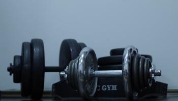 Мускулы и бикини: как в Латвии готовятся к Чемпионату по фитнесу и бодибилдингу