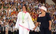 """Uzvaras eiforija un rozā cepure. Stāsts par to, kā koris """"Spīgo"""" ieguva svētku Lielo balvu"""