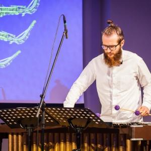 Par vibrofonu, studijām un kritiku. Saruna ar Ēriku Miezi