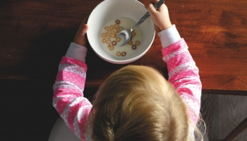 Neveselīga pārtika, pārēšanās tendence: ēšanas traucējumi skar arvien mazākus bērnus