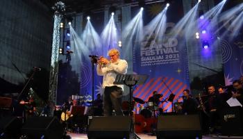 """Šauļu bigbenda festivāls un Miķeļa Dzenuškas jaunais albums """"Brīvdiena"""""""