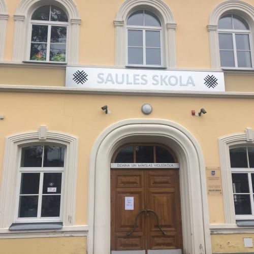 """""""Saules vainags"""" rotās topošo jauno Daugavpils Dizaina un mākslas vidusskolas ēku"""