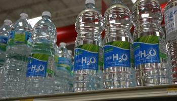 По банковской карте в неделю: учёные выяснили, сколько в Латвии выпивают микропластика